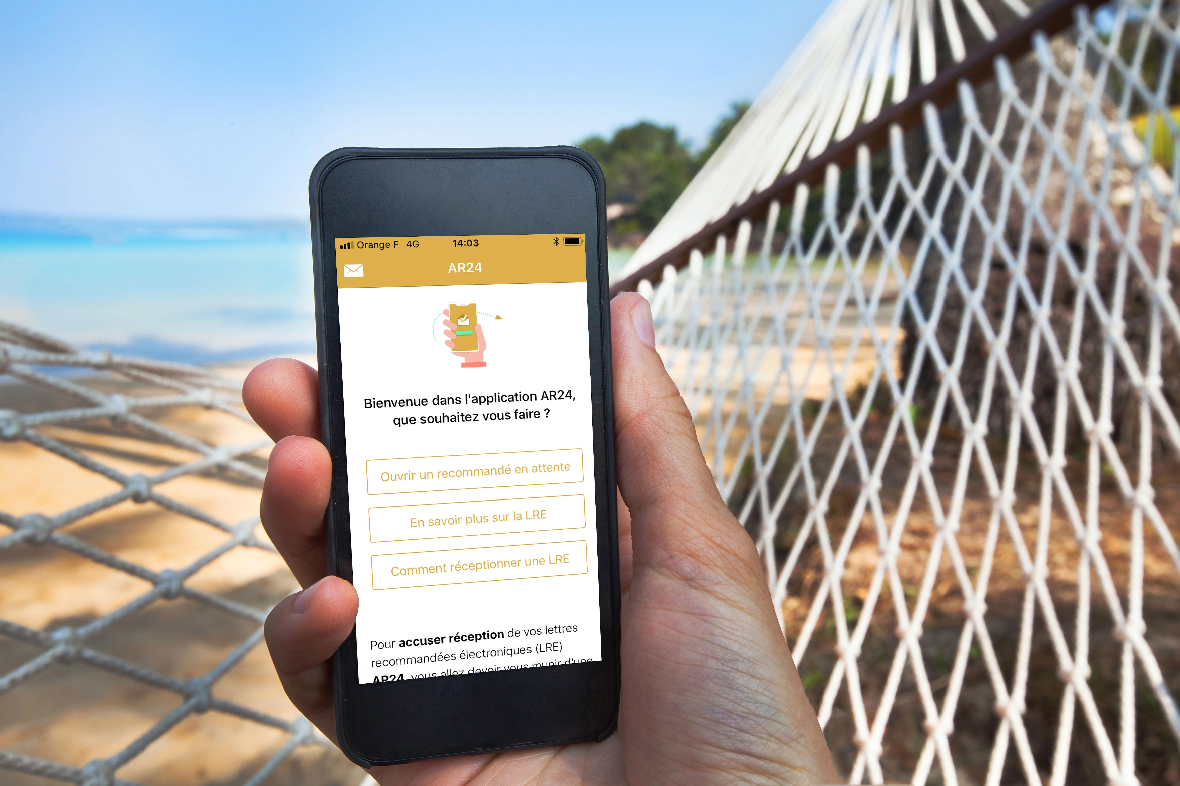 Main qui tient un smartphone avec l'application AR24 affichée