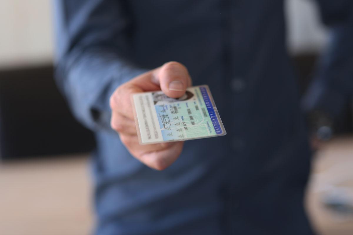 Personne tendant sa carte identité