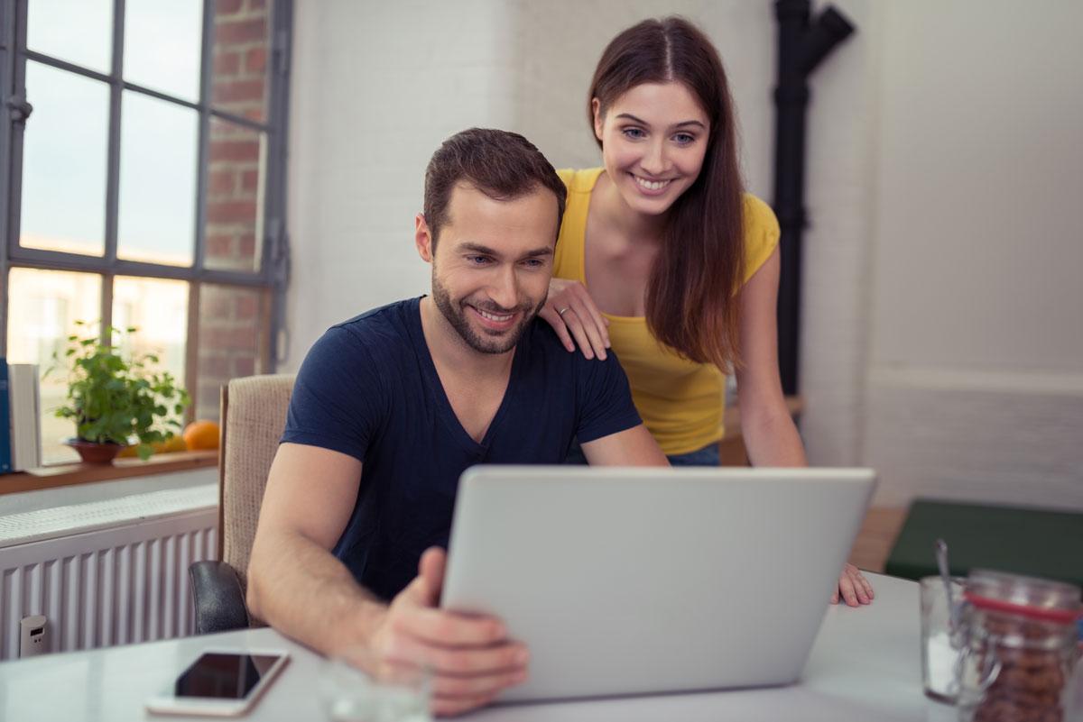 deux personnes derrière un laptop
